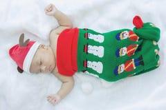 圣诞节袜子和盖帽的小婴孩 免版税库存图片