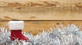 圣诞节袜子和花圈 免版税库存照片