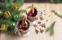 圣诞节被仔细考虑的酒用桂香和桔子 免版税库存图片