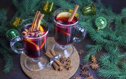 圣诞节被仔细考虑的酒用桂香和桔子 库存照片