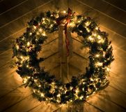 圣诞节被点燃的花圈 免版税库存照片