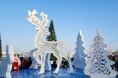 圣诞节被雕刻的鹿形象,圣诞树 免版税库存图片