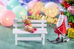 圣诞节装饰、在绿色背景有驯鹿装饰的和圣诞节成象隔绝的滑冰的圣诞老人 免版税库存图片