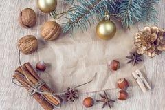圣诞节装饰、坚果和香料与一个白纸 库存图片