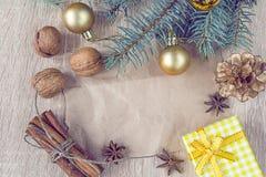 圣诞节装饰、坚果和香料与一个白纸 图库摄影