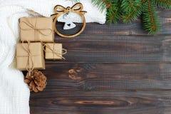 圣诞节装饰、礼物盒和天使计算框架背景,与拷贝空间的顶视图白色木桌表面上 Christma 库存图片