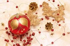 圣诞节装饰、红色中看不中用的物品、红色和金装饰 库存图片