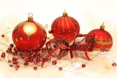 圣诞节装饰、红色中看不中用的物品、红色和金装饰 免版税库存图片