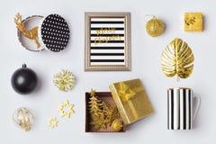 圣诞节装饰、装饰品和对象在黑色和金子嘲笑的模板设计 在视图之上 免版税库存图片