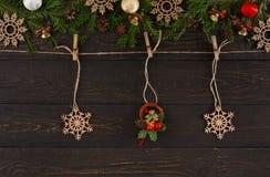 圣诞节装饰、麻线绳索与圣诞节花圈和木雪花装饰品 诗歌选框架背景 免版税库存照片