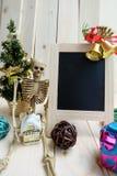 圣诞节装饰、黑板和骨骼得到了房子 库存照片