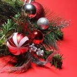 圣诞节装饰。在分支的红色和银色球在红色 免版税库存照片