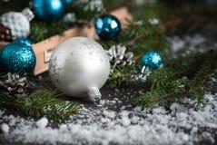圣诞节装饰中看不中用的物品杉木锥体和杉树 免版税库存照片