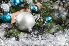 圣诞节装饰中看不中用的物品杉木锥体和杉树 免版税库存图片