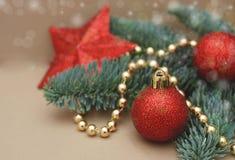 圣诞节装饰了与冷杉分支,树红色地球, Xmas贺卡的构成 与拷贝空间的金黄小珠为 库存图片