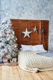 圣诞节装饰了与舒适的床的卧室内部 免版税库存图片