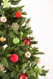 圣诞节装饰了射击工作室结构树 免版税库存照片