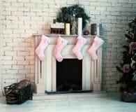 圣诞节装饰了有礼物和树的火地方 免版税库存图片