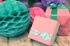 圣诞节装饰了树和礼物 免版税图库摄影