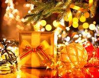 圣诞节装饰了礼品结构树 免版税库存照片