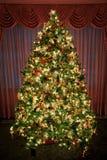 圣诞节装饰了被点燃的结构树 图库摄影