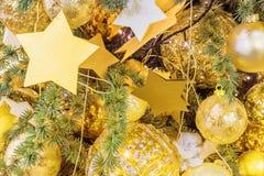 圣诞节装饰了装饰品结构树 免版税库存照片