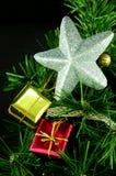 圣诞节装饰了银色星形结构树 免版税库存图片