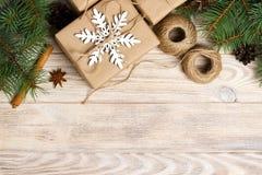 圣诞节装饰元素:串, chrtistmas树枝与锥体和数装饰了礼物在白色木背景 图库摄影