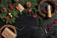 圣诞节装饰制造商用他们自己的手 圣诞节花圈为假日 庆祝新年度 顶层 库存图片