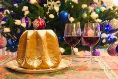 圣诞节装饰和传统意大利蛋糕 免版税库存照片