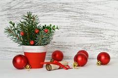 圣诞节装饰和信件圣诞老人的 免版税库存照片