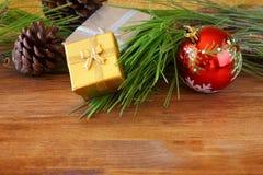 圣诞节装饰和冷杉在一个木板 顶视图 被过滤的图象instagram样式 库存照片
