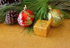 圣诞节装饰和冷杉在一个木板 顶视图 被过滤的图象instagram样式 免版税库存照片