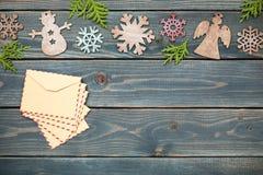 圣诞节装饰和减速火箭的样式信封在木背景 库存照片