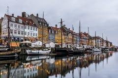 圣诞节装饰和反射在水中在哥本哈根 图库摄影