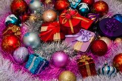 圣诞节装饰和圣诞节礼品 免版税库存照片
