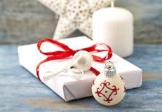 圣诞节装饰和圣诞节礼物 免版税库存照片