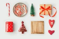 圣诞节装饰和对象嘲笑的模板设计 在视图之上 平的位置 免版税库存照片