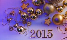 圣诞节装饰和数字在紫色背景 免版税库存照片