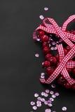圣诞节装饰和桃红色衣服饰物之小金属片 免版税图库摄影
