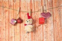 圣诞节装饰和熊玩具 免版税库存图片