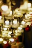 圣诞节装饰和玻璃灯笼在一个巴黎人圣诞节市场上 免版税库存照片