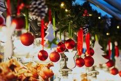 圣诞节装饰和玻璃灯笼在一个巴黎人圣诞节市场上 免版税库存图片