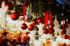 圣诞节装饰和玻璃灯笼在一个巴黎人圣诞节市场上 图库摄影