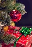 圣诞节装饰和礼品 在一个大红色箱子的礼物盒有弓的 免版税库存照片
