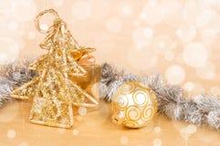 圣诞节装饰和礼物盒在一金黄bokeh 库存图片