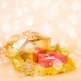 圣诞节装饰和礼物盒在一金黄bokeh 免版税库存图片