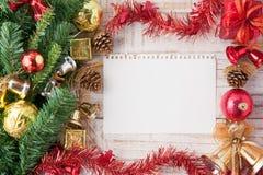 圣诞节装饰和纸在葡萄酒白色木背景 库存照片