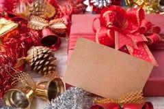 圣诞节装饰和纸牌在葡萄酒白色木背景 免版税库存图片