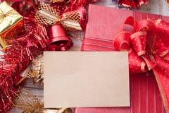 圣诞节装饰和纸牌在葡萄酒白色木头bac 库存图片